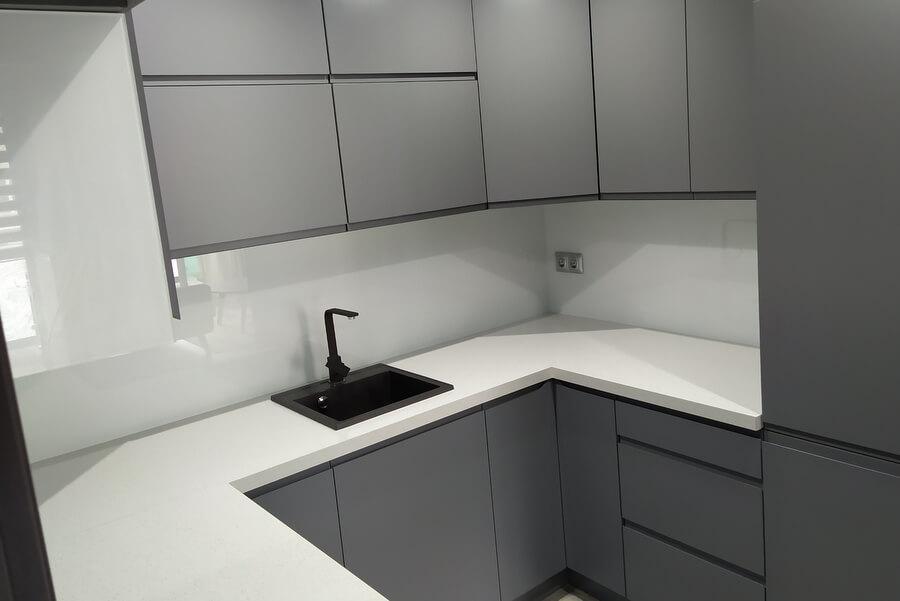 Przewaga paneli szklanych nad płytkami w kuchni
