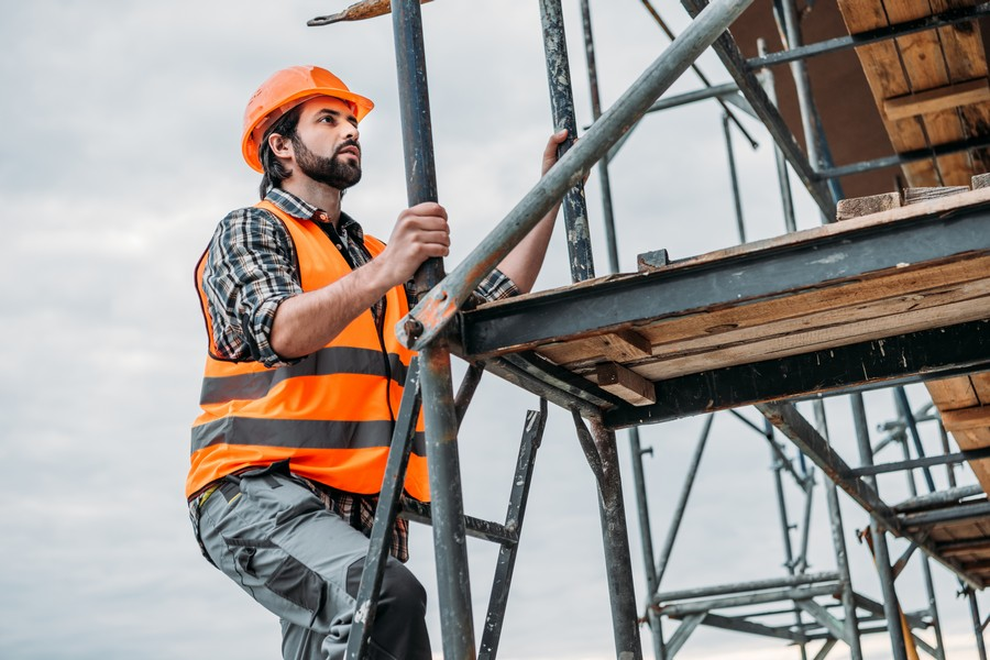 Bezpieczna praca na wysokościach – wybieramy sprzęt wspierający i zabezpieczający